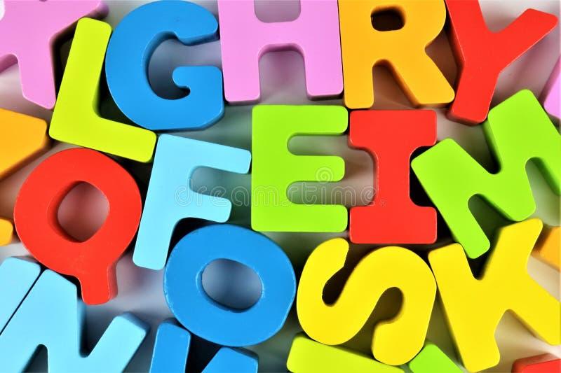 En begreppsbild av ett alfabet behandla som ett barn leksaken - förträning arkivbild