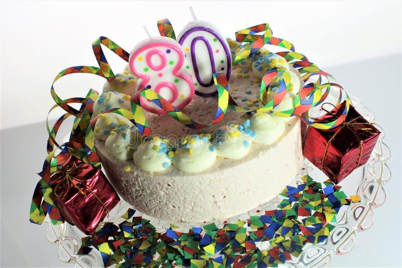 En begreppsbild av en födelsedagkaka - födelsedag 80 arkivfoto