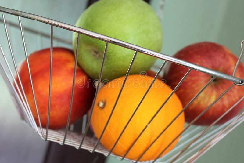 Download En Begreppsbild Av En Fruktkorg Arkivfoto - Bild av banta, grupp: 106832348