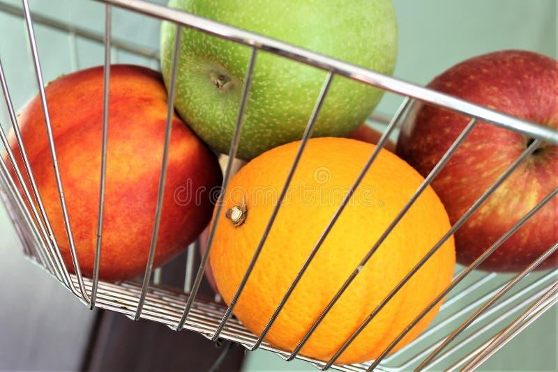 Download En Begreppsbild Av En Fruktkorg Arkivfoto - Bild av orange, rött: 106832414