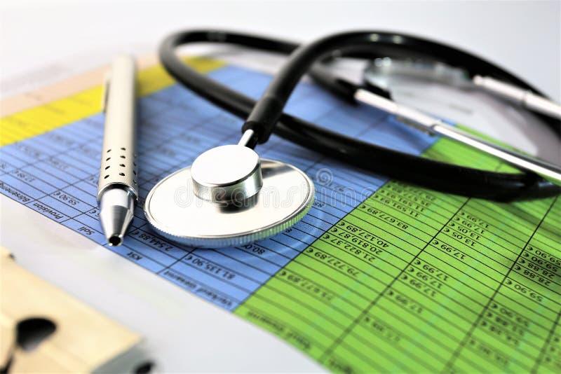 Download En Begreppsbild Av En Medicinsk Skrivplatta Med Det Olika Diagram Och Scenariot Arkivfoto - Bild av instrument, förlaga: 106830516