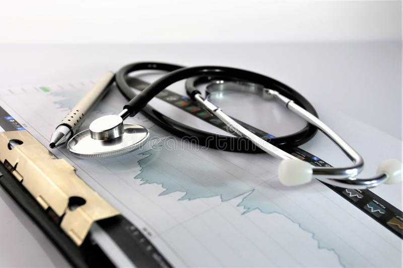 Download En Begreppsbild Av En Medicinsk Skrivplatta Med Det Olika Diagram Och Scenariot Fotografering för Bildbyråer - Bild av hälsa, hjärta: 106830523