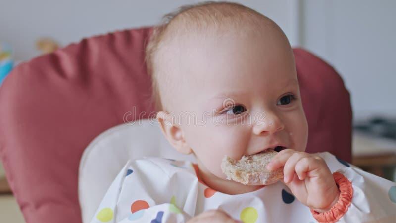 En behandla som ett barnflicka som hemma äter bröd royaltyfri foto