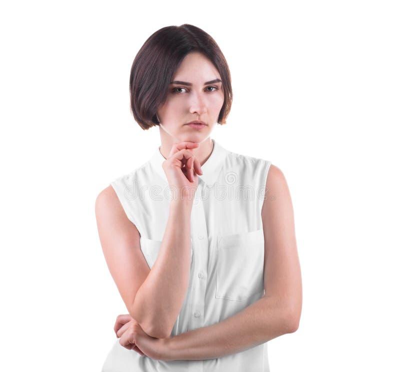 En bekymrad kontorsdam som isoleras på en vit bakgrund Affärskvinnan i tänka poserar En härlig och strikt ung kvinna royaltyfria bilder