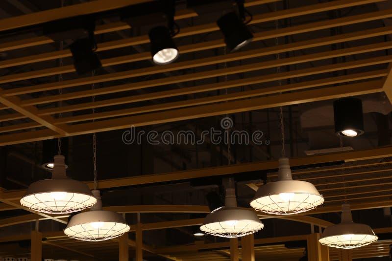 En belysning för elektrisk lampa modern och tappningstil, inre tak som hänger den ljusa kulan för att dekorera på rum arkivbilder