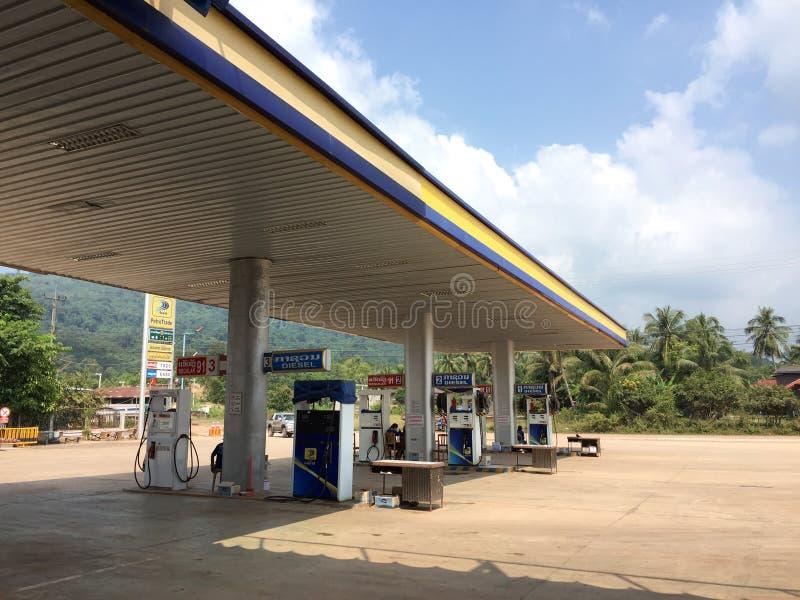 En bensinstation i Vientiane, Laos arkivbilder