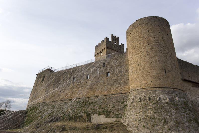 En berömd slott i Tuscan, längs den medeltida vägen arkivbilder