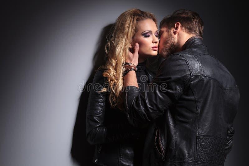 En beso de los pares de la moda del amor fotografía de archivo