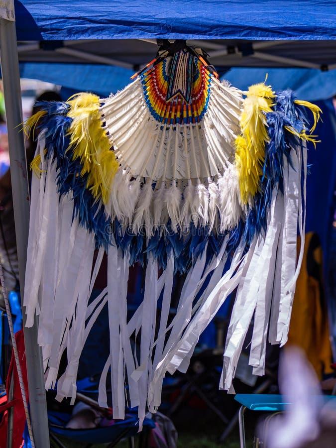 En beståndsdel av den traditionella indiska amerikanska dräkten - huvudbonad som dekoreras med band och fjädrar royaltyfri fotografi