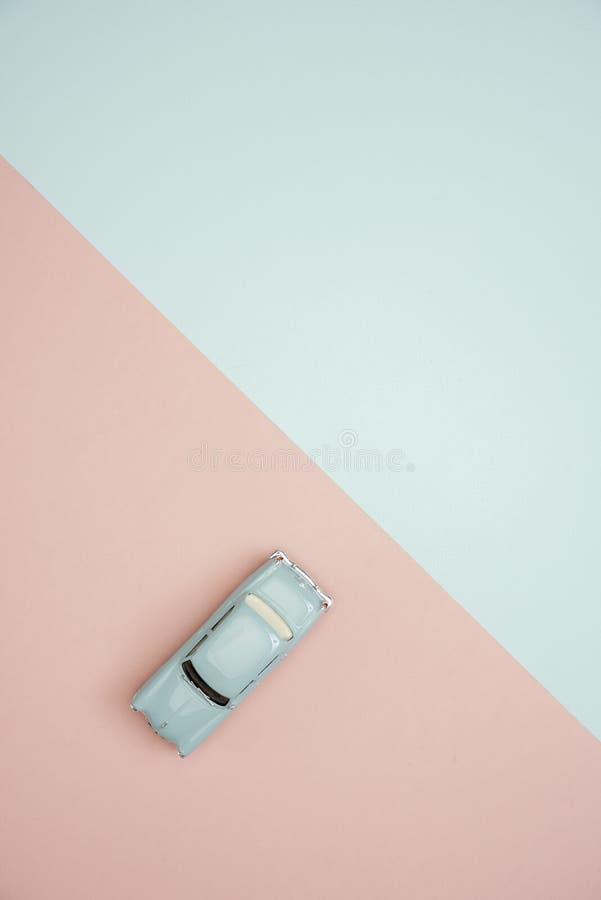 En bil över bakgrund för rosa och grön färg arkivbild