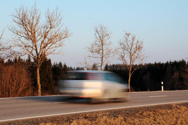 En bil kör för snabbt royaltyfri foto
