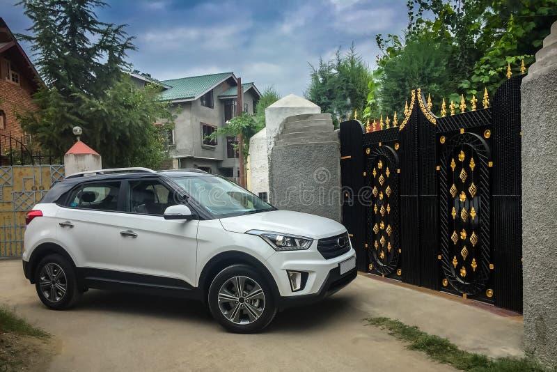 En bil omkring som skriver in ett hus till och med porten som stängs just nu royaltyfri foto