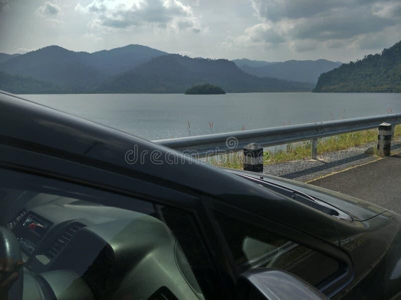 En bil på fördämningen royaltyfri bild