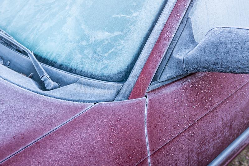 En bil som täckas i frost och is royaltyfri foto