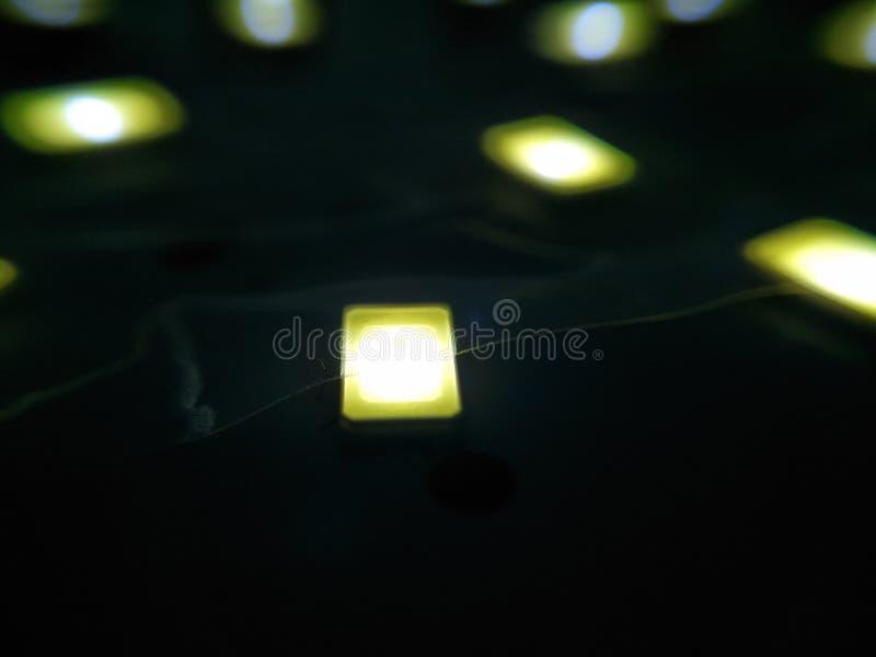 En bild av att skina ljusa kulor med mörk bakgrund royaltyfria foton
