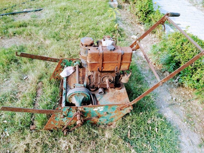 En bild av den gamla och rostade gräsklippmaskinen fotografering för bildbyråer