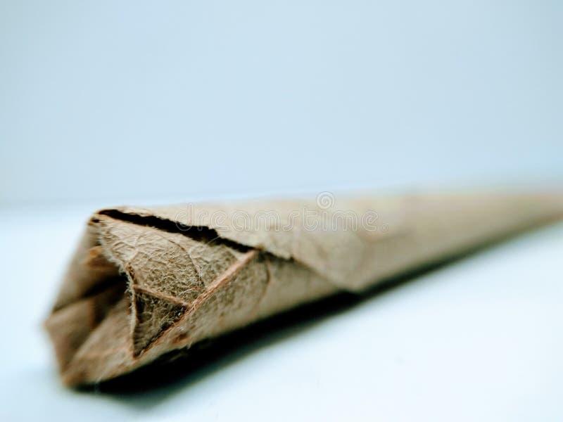 En bild av den tunna indiska cigarren på vit bakgrund, arkivfoto