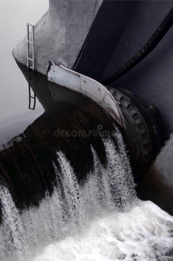 En bild av det flödande vattnet Fördämningen planläggs för att reglera vattennivån i floder inom staden och för att ge tekniskt royaltyfri foto