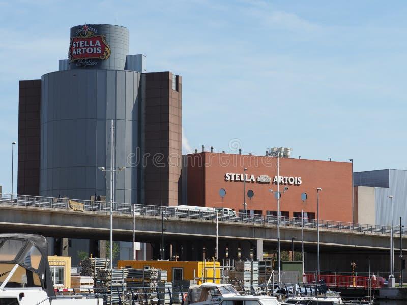 En bild av det Stella Artois bryggeriet i leuven arkivfoto