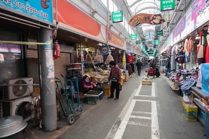 En bild av en gränd i en koreansk lokal marknad fotografering för bildbyråer