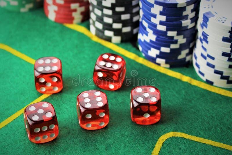 En bild av en kasino - tärna, gå i flisor och att spela fotografering för bildbyråer