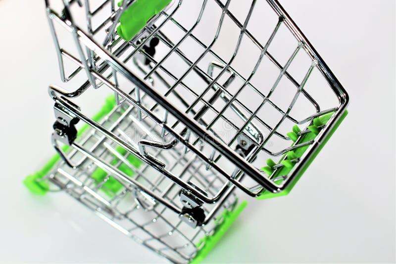 Download En Bild Av En Shoppingvagn Med Skugga Fotografering för Bildbyråer - Bild av skugga, buying: 106836493