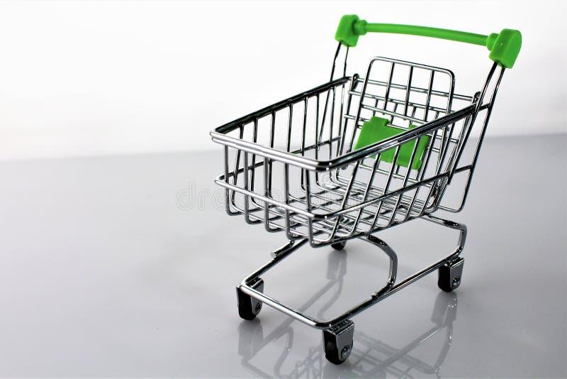 Download En Bild Av En Shoppingvagn Med Skugga Fotografering för Bildbyråer - Bild av supermarket, affär: 106836641