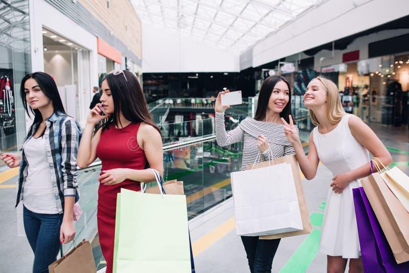 En bild av trevliga och attraktiva flickor som tillsammans går Den asiatiska unga kvinnan tar bilden av henne och hennes vänner royaltyfri fotografi
