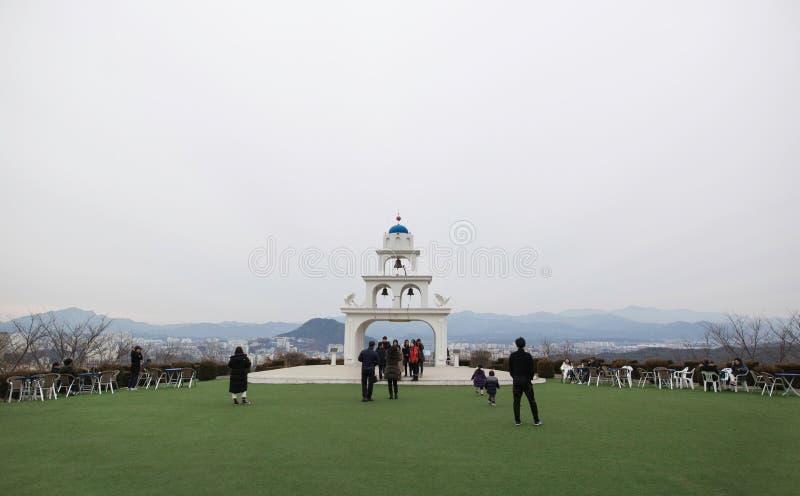En bild av turister som besöker ett Santorini stilkafé i Gangwon Korea arkivbilder