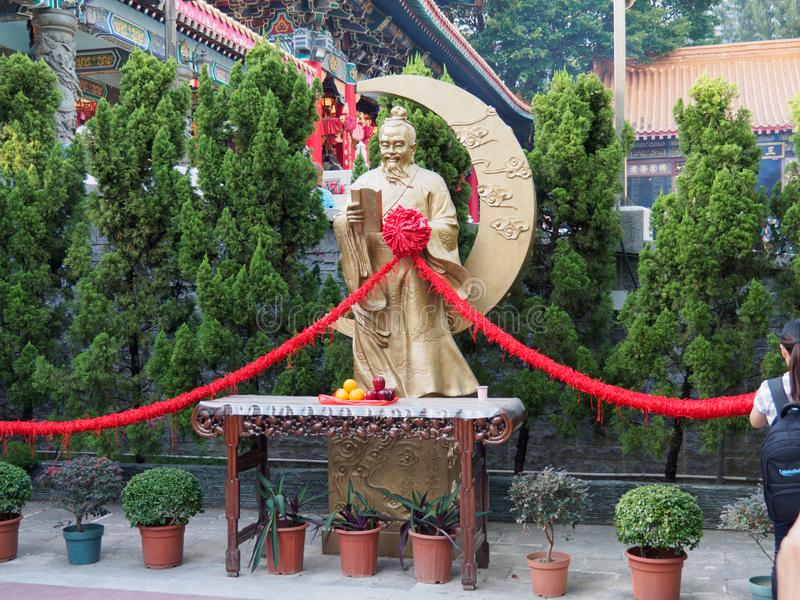 En bild av Yue Lao guden av förbindelsen och förälskelse Statyn kan finnas i Wong Tai arkivbild