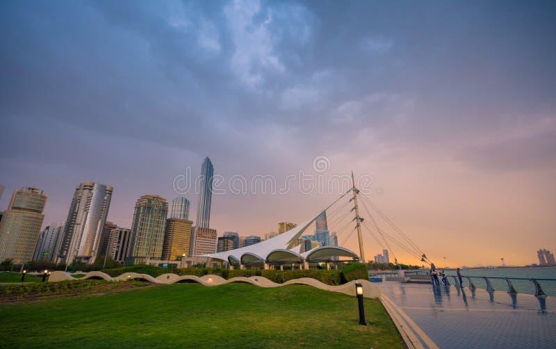 En bild från cornichestranden, innan att regna, Abu Dhabi, UAE royaltyfria bilder