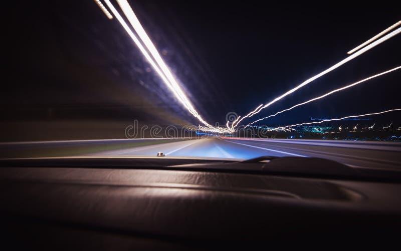 En bilkörning på en motorway på höga hastigheter arkivbild