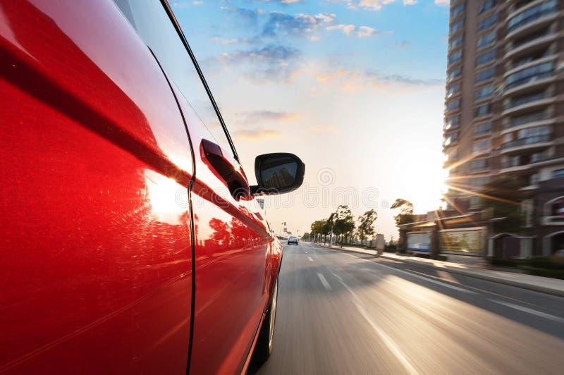 En bilkörning på en motorway på höga hastigheter royaltyfria bilder