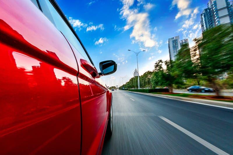 En bilkörning på en motorway på höga hastigheter royaltyfri fotografi