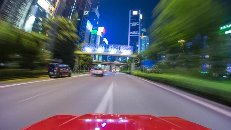 En bilkörning på en gata på höga hastigheter som passerar andra bilar royaltyfri fotografi