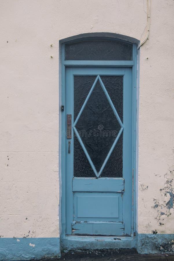 En blå dörr till ett vitt walled hus Irländska hem för tappningstil fotografering för bildbyråer