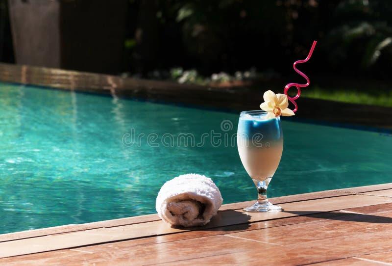 En blå exotisk coctail vid pölen royaltyfri fotografi