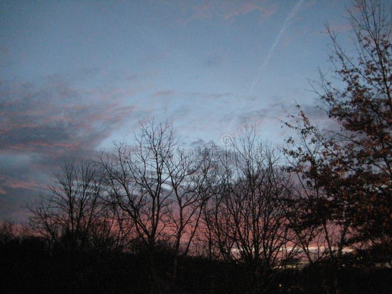 En blå himmel med purpurfärgade biffar och rosa färger fördunklar arkivfoton