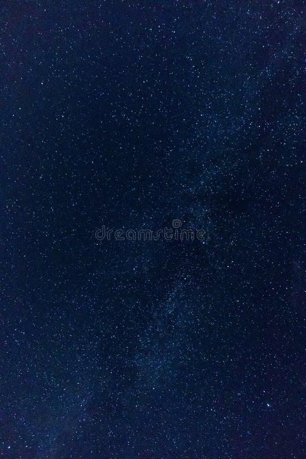 En blå nattstjärnahimmel arkivfoto