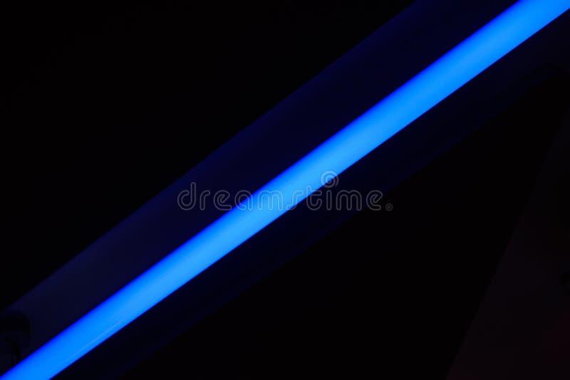 En blå neonremsa royaltyfri foto