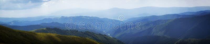 En blå ogenomskinlighet på horisonten i bergen, ukrainare carpathians arkivbild