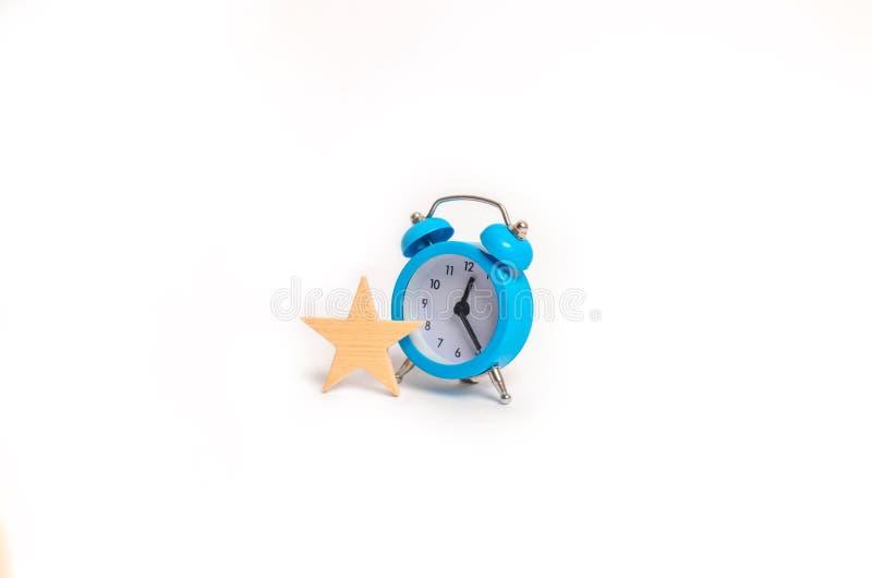 En blå ringklocka och en stjärna Begrepp vip Extra tid behörigheter Specialt erbjudande, inskränkt serie exclusivity Time är peng fotografering för bildbyråer