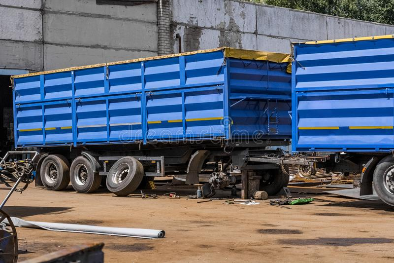 En blå släplastbil repareras på en tjänste- station royaltyfria foton
