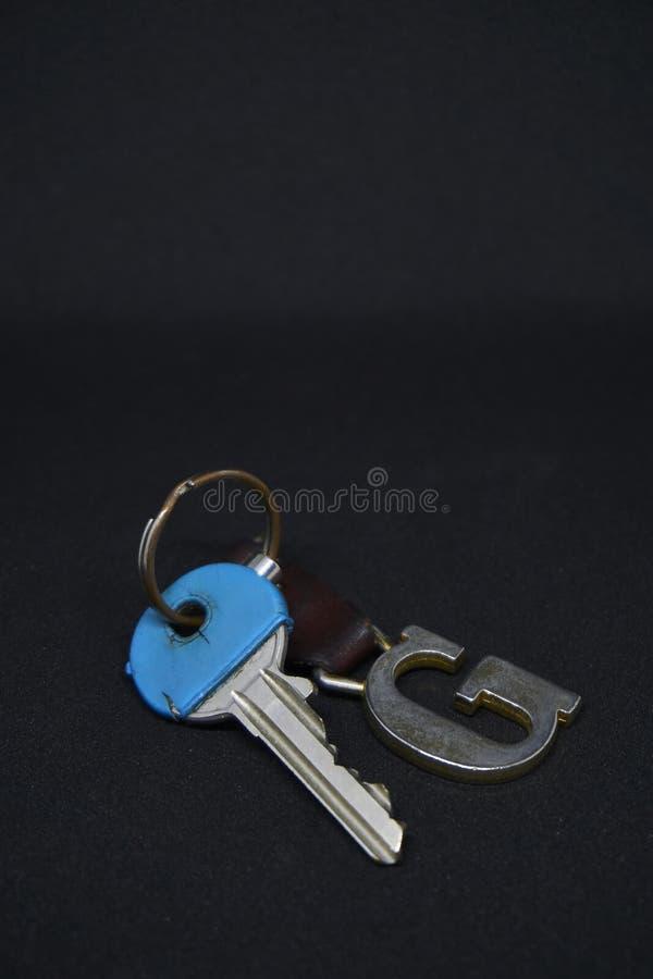 En blå tangent med keychains fotografering för bildbyråer