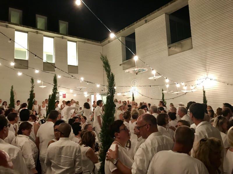 En Blanc, le dîner blanc de wagon-restaurant photo libre de droits