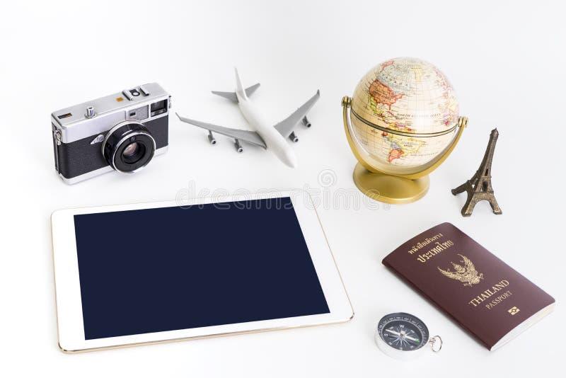 En blanco vacie la tableta con el objeto del viaje para el concepto del viaje foto de archivo