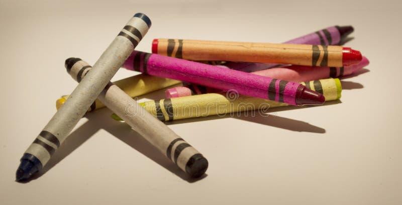 En blandad färgfärgpenna på en bakgrund arkivfoto