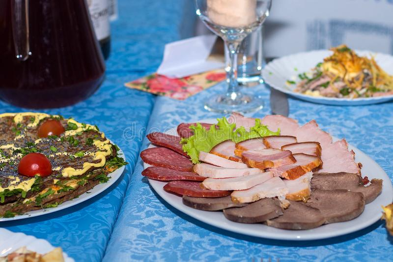 En blandning av skivat kött, korv och skinka, ställde in restaurangtabellen royaltyfria bilder