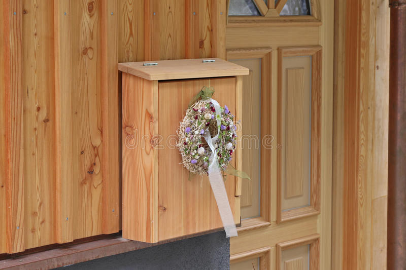 En blomma dekorerar dörren royaltyfri foto