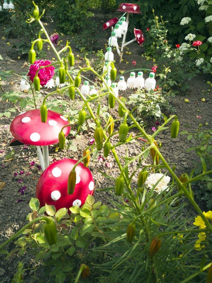 En blomma från en plast- flaska Champinjon från gamla pannor Svan från bussen Garnering för trädgården gör den själv ?teranv?nda fotografering för bildbyråer